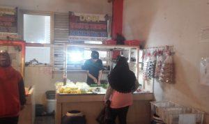 Pedagang tahu mulai berjualan kembali di Pasar Atas Baru, Senin (31/5). (Intan Aida/Jabar Ekspres)