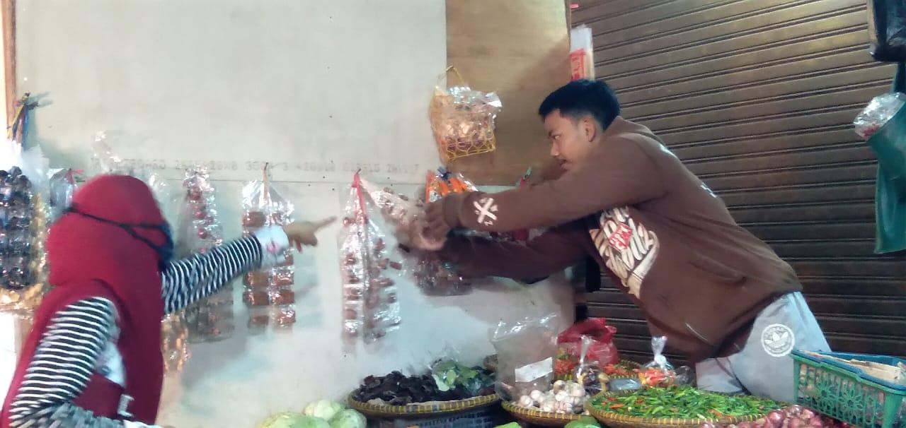 LAYANI PEMBELI: Seorang penjual sayur di Pasar Cimanggung, Kabupaten Sumedang, tengah melayani pembeli, Rabu (26/5). FOTO: Yanuar Baswata/Jabar Ekspres.