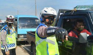 Jajaran Polresta Bandung saat memberhentikan kendaraan di pos penyekatan Cileunyi pada Kamis (6/5).