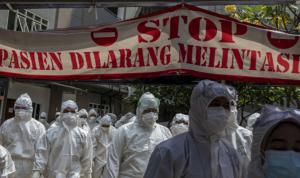 Tenaga kesehatan berjalan menuju ruang perawatan pasien COVID-19 di Rumah Sakit Darurat COVID-19 (RSDC) Wisma Atlet, Kemayoran, Jakarta. (ANTARA FOTO/M Risyal Hidayat/wsj)