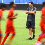 Dokumentasi - Pelatih baru tim Arema FC Eduardo Almeida memimpin latihan di Stadion Kanjuruhan, Malang, Jawa Timur, Kamis (20/5/2021). Arema mengontrak pelatih asal Portugal tersebut untuk memenuhi target menjadi juara di kompetisi Liga 1 dan bisa turut serta dalam AFC Cup. ANTARA FOTO/Ari Bowo Sucipto.