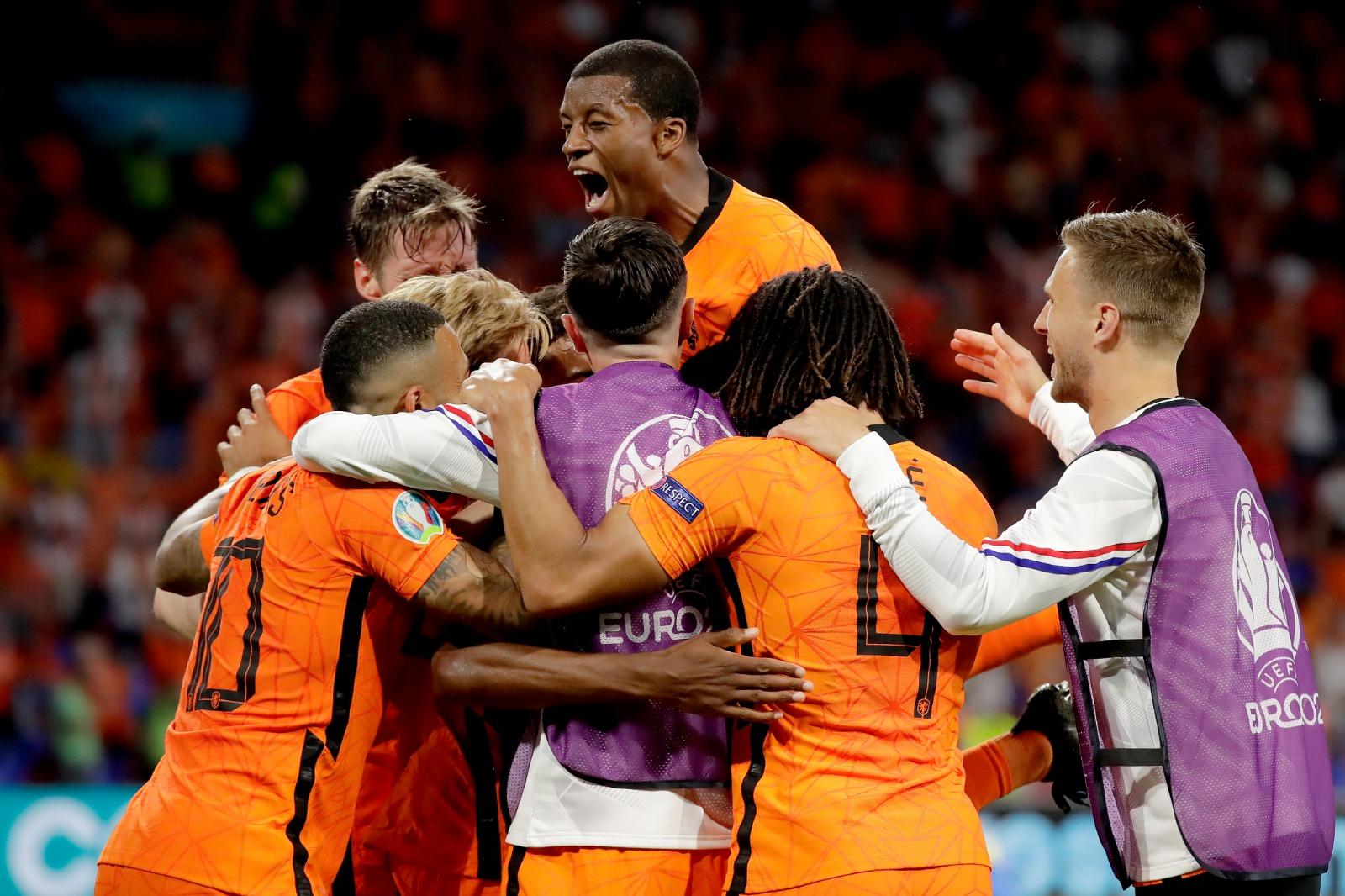 Para pemain tim nasional Belanda berselebrasi seusai membobol gawang Ukraina. (@OnsOranje/Twitter)