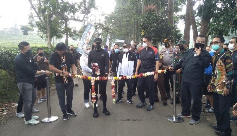 MULAI DIBANGUN: Plt Bupati Hengki Kurniawan saat meresmikan perbaikan jalan yang bersumber dari CSR PT KCIC, kemarin.
