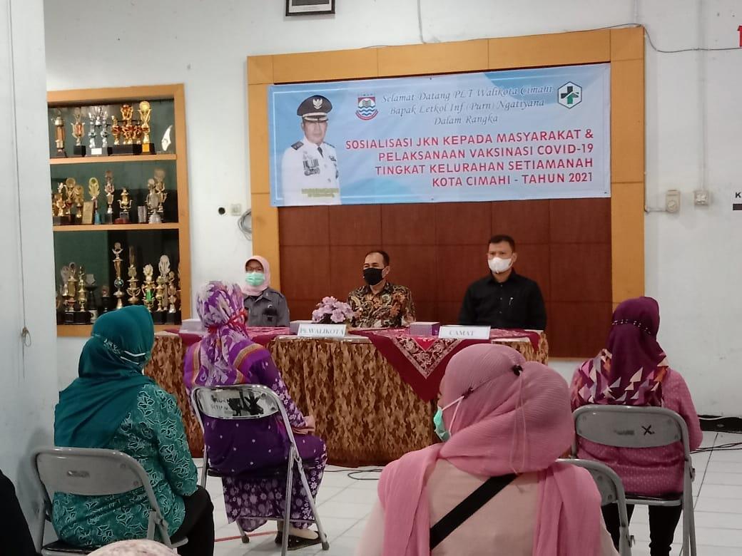 Beberapa warga setelah disuntik vaksin ada yg mengikuti kegiatan sosialisasi JKN, Kelurahan Setiamanah, Jumat (11/6). (Intan Aida/Jabar Ekspres)