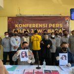 Kabid Humas Polda Jabar, Kombes Erdi A Chaniago tengah ekspos pelaku berinisial DK, 40, yang mengaku Wanita di Facebook