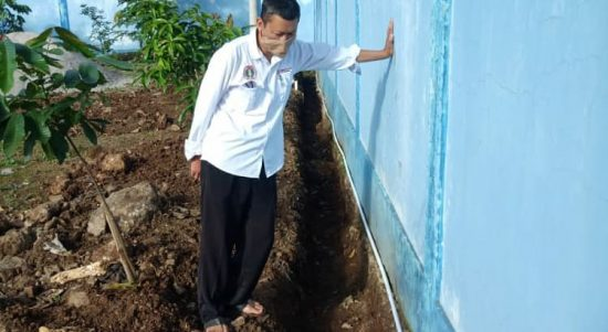 Kepala Sekolah SMPN 59 Kota Bandung Asep Ramdani sedang meninjau langsung pembuaan drainese untuk pembuangan air hujan