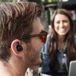Penggunaan Earbuds di kalangan anak muda sebagai gaya baru.