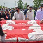 Peti mati yang dibungkus bendera itu dibawa saat pemakaman keluarga Afzaal di Islamic Center of Southwest Ontario, di London, Ontario, Kanada pada 12 Juni 2021. (REUTERSAlex Filipe)