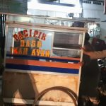 Petugas Satpol PP Kabupaten Bandung menertibkan pedagang yang membandel