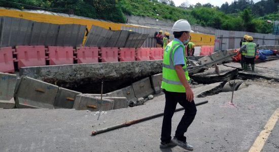 Petugas KCIC saat sedang memperbaiki ruas jalan Padalarang-Purwakarta yang amblas.