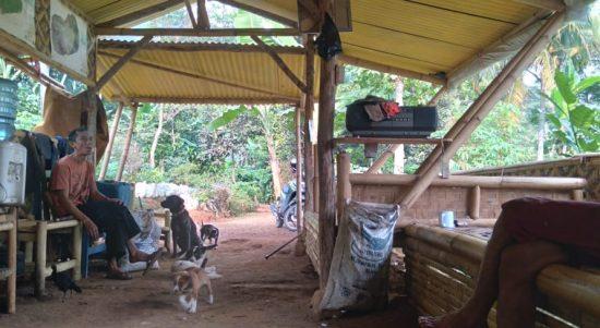 Para petani kopi di Desa Jatiroke, Kecamatan Jatinangor, Kabupaten Sumedang saat beristirahat di sebuah saung dekat kebun, Selasa (1/6). (Yanuar Baswata/Jabar Ekspres)