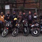 Komunitas Motor Klasik Kancil Owners Indonesia (KOIN) saat foto bersama di depan Perumahan Janati Park, Desa Cibeusi, Kecamatan Jatinangor, Kabupaten Sumedang pada Selasa (1/6). (Yanuar Baswata/Jabar Ekspres)
