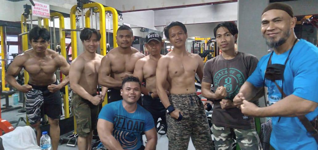 Entoh (kanan) bersama anggota fitnes dan anak didiknya yang tengah disiapkan untuk ikuti kejuaraan Disjas AD Body Contest Open 2021, Rabu (2/6). (Yanuar Baswata/Jabar Ekspres)