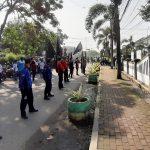 Ratusan buruh gabungan GOBSI dan KSPSI Jawa Barat berunjuk rasa di depan Kantor Pengadilan Bale Bandung di Baleendah, Kabupaten Bandung, Kamis (3/6).