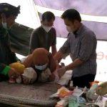 Seorang anak warga Lembang menjadi peserta khitanan massal di Puncak Eurad.