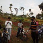 Tim Satgas Covid-19 Desa Tegalmanggung saat membagikan masker kepada warga.