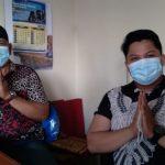 Kepala Desa Cicalengka Wetan, Nanang Sutrisna (kiri) bersama Sekertaris Desa, Ardi Sahri (kanan) saat ditemui Jabar Ekspres di tempat kerja Sekdes pada Kamis (27/5) lalu. (Yanuar Baswata/Jabar Ekspres)