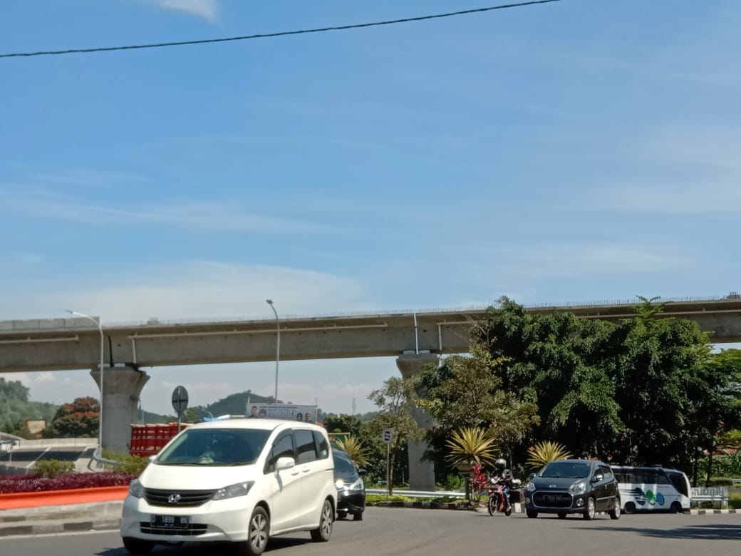 Perlintasan KCIC sedang dalam proses pembangunan, Kelurahan Leuwigajah, Kota Cimahi, Selasa (8/6). (Intan Aida/Jabar Ekspres)