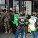 Petugas Satgas Covid-19 datang mengurai kerumunan di McDonald's Cimahi, Rabu (9/6). (Intan Aida/Jabar Ekspres).