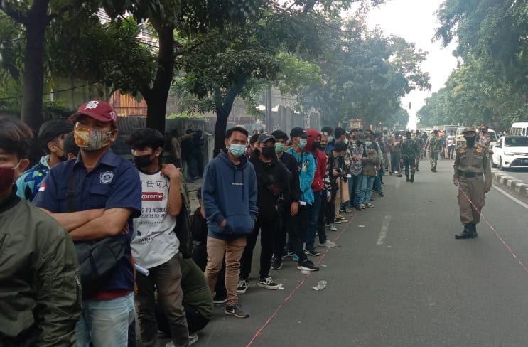 Antrean warga kota Bandung yang akan melaksanakan suntik vaksin
