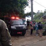 Ambulans RSUD Cicalengka saat mengantarkan jenazah warga Desa Pasirnanjung, Kecamatan Cimanggung, Kabupaten Sumedang yang diduga meninggal terpapar Covid-19. (Yanuar Baswata/Jabar Ekspres)