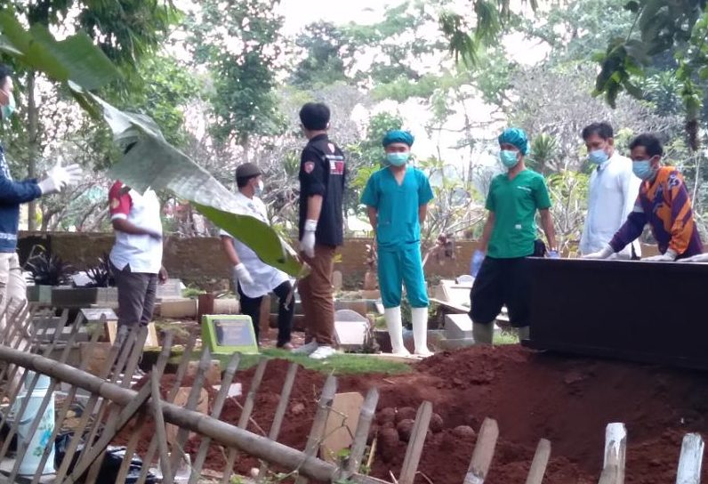 Petugas pengantar jenazah dari RSUD Cicalengka bersama warga Desa Pasirnanjung, Kecamatan Cimanggung, Kabupaten Sumedang saat proses pemakaman. (Yanuar Baswata/Jabar Ekspres)
