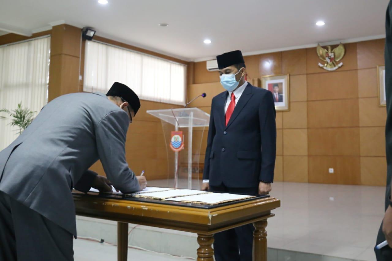 Pelaksana Tugas (Plt) Wali Kota Cimahi Ngatiyana melantik pejabat struktural, jabatan fungsional yang diberikan tugas tambahan, dan Pegawai Pemerintahan dengan Perjanjian Kerja (P3K) pada Jumat (11/6) di Gedung A Pemkot Cimahi.