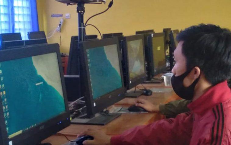 Tim operator SMP Negeri 1 Cicalengka saat lakukan proses pengiriman data siswa untuk PPDB 2021 pada Jumat (11/6). (Yanuar Baswata/Jabar Ekspres)