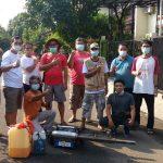Pengurus RW 08 bersama warga kluster Dahlia dan Delonix, Kelurahan Tirtajaya sebelum lakukan Penyemprotan Sarang Nyamuk (PSN) 3M Plus, Minggu. (Haris Samsuddin/Jabar Ekspres)