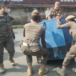 PENERTIBAN: Satpol PP tertibkan sejumlah PKL yang berjualan di area terlarang di KBB.