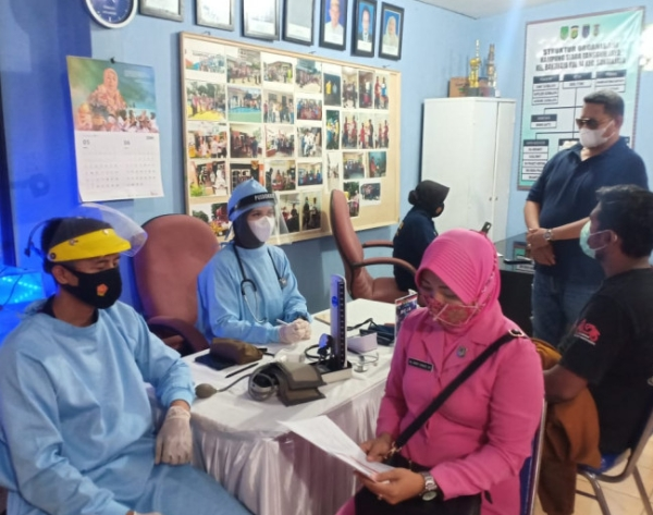 Vaksinasi Covid-19 gratis kepada warga Kelurahan Baktijaya.