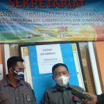 Ketua Panitia Pilkades Sindanggalih Angga R. Wijaya (kanan) di Sekretariat Desa Sindanggalih, Kecamatan Cimanggung, Kabupaten Sumedang, Senin (14/6). (Yanuar Baswata/Jabar Ekspres)