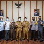 Bupati Bandung, Dadang Supriatna (tengah) bersama seluruh unsur yang terlibat dalam diterbitkannya SE PPKM.
