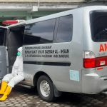 Sopir ambulans, Aan Suherman 52, tengah istirahat setelah mengantar Pasien Covid-19, dengan menggunakan Alat Pelindung Diri (APD). (Yully S Yulianty/Jabar Ekspres)