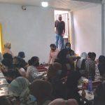 Situasi tempat usaha Aksesoris Doll yang dipadati pekerja saat memproduksi bulu mata palsu di Desa Panenjoan, Kecamatan Cicalengka, Kabupaten Bandung, Selasa (15/6) kemarin. (Yanuar Baswata/Jabar Ekspres)