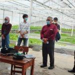 Ketua Pelaksana, Aep Supriyadi (tengah) bersama Estiyanti Ekawati, Irvan Budiawan dan Dede Irawan Saputra saat membuka pelatihan Otomasi bagi petani di Desa Cipacing, Jatinangor, Sabtu (19/6) kemarin.