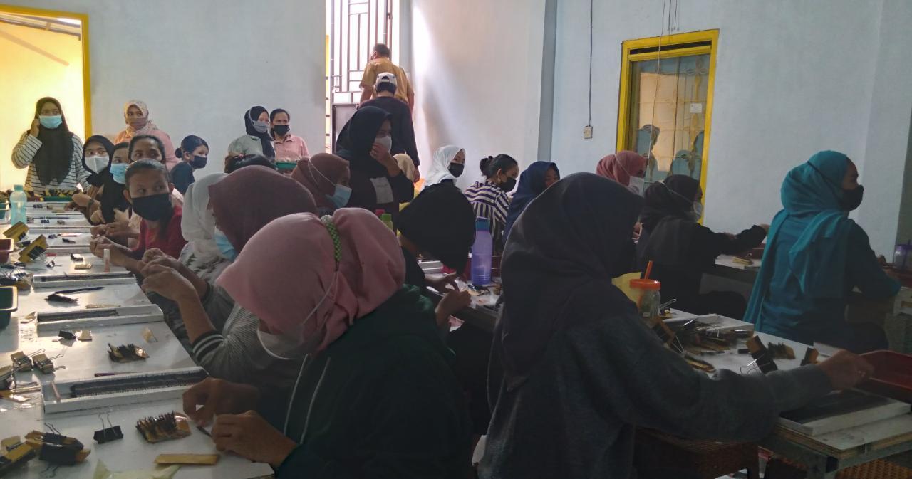 Kondisi dalam ruangan yang dipadati pekerja saat memproduksi bulu mata boneka, Desa Panenjoan, Kecamatan Cicalengka, Kabupaten Bandung, Selasa (15/6) lalu. (Yanuar Baswata/Jabar Ekspres)