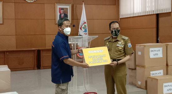 Pelaksana Tugas (Plt.) Wali Kota Cimahi, Ngatiyana menerima bantuan berupa masker, hazmat, dan tempat tidur (portable bed) dari dua perusahaan, Aula Gedung A Pemkot Cimahi, Senin (21/6).(Intan Aida/Jabar Ekspres)