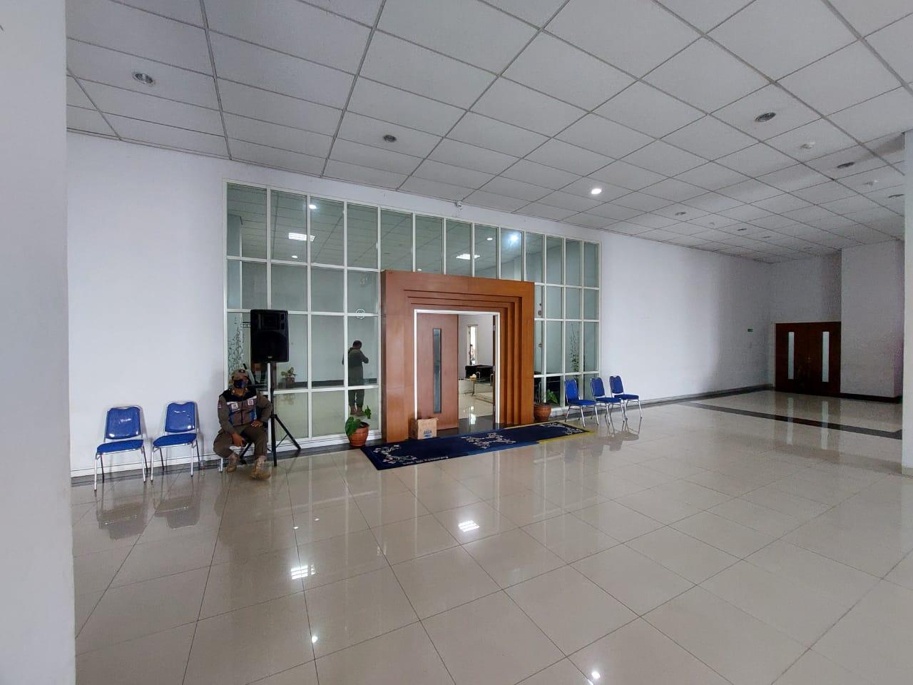 Petugas Satpol PP berjaga di ruangan Wakil Bupati Bandung Barat saat pemeriksaan oleh penyidik KPK.