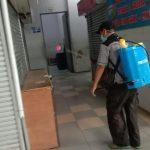 Petugas UPT Pasar Tradisional Cimahi tetap lakukan penyemprotan disinfektan dengan rutin setelah tutupnya pasar, Pasar Atas Baru, Selas. (22/6). (Intan Aida/Jabar Ekspres)