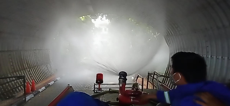 Beberapa petugas sedang melakukan disinfektan di wilayah Pemkot Cimahi. (Ilustrasi)