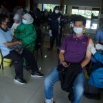 Sejumlah warga Cimahi sedang melakukan penyuntikan vaksin dengan tenang, Cimahi Technopark, Rabu (23/6).