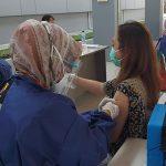 Salah seorang warga dari komunitas pekerja melaksanakan vaksin program HUT Bhayangkara, Sabtu (26/6). (Yully S Yulianty/Jabar Ekspres)