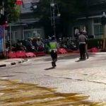 TANGKAPAN LAYAR: Salah satu potongan video yang menampilkan puluhan pengendara bermotor terobos water barrier (pembatas jalan).