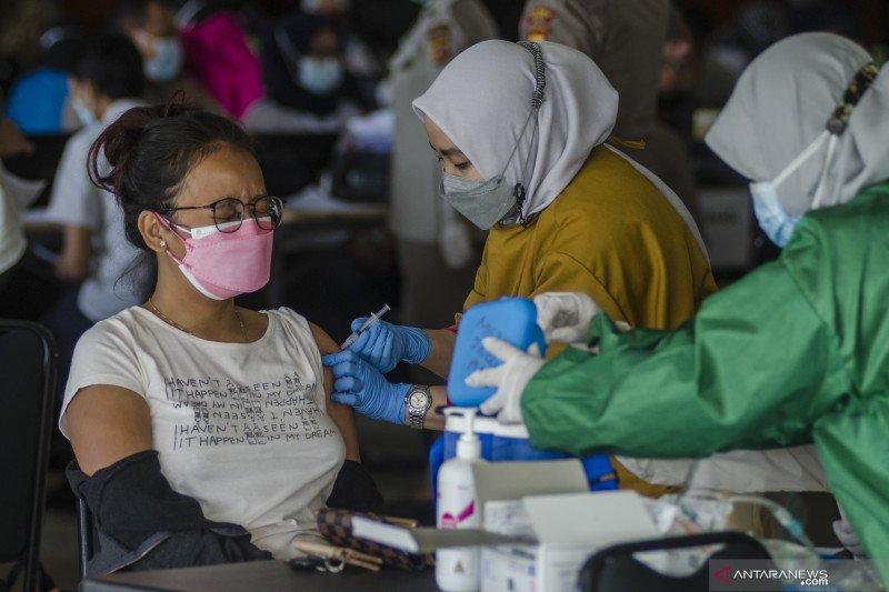 Petugas kesehatan menyuntikkan vaksin COVID-19 kepada warga di fasilitas pelayanan vaksinasi massal di Cimahi Techno Park, Cimahi. (ANTARA FOTO/Novrian Arbi/wsj)