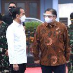 Presiden Joko Widodo tengah berdiskusi dengan menteri Koodinator Bidan Perekonomian Airlangga.