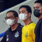 COO Bhayangkara FC Kombes Pol Sumardji SH (kiri) bersama Wali Kota Solo Gibran Rakabuming Raka (tengah) dan Direktur Utama Persis Solo Kaesang Pangarep. (HO/Tim Media Bhayangkara FC)