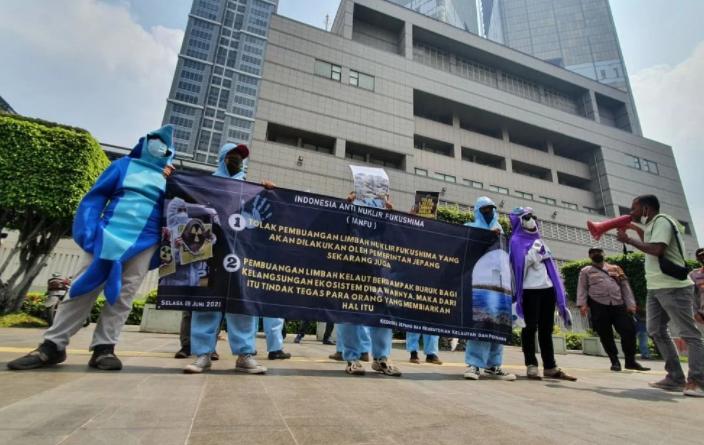 IANFU menggelar aksi damai memperingati 'Hari Laut Sedunia' di depan gedung Kedubes Jepang, Jalan MH Thamrin, Jakarta Pusat, Selasa (8/6). Foto: Dokumen IANFU