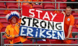 Bentuk penghormatan yang dilakukan suporter Timnas Belanda untuk Erikson. (BBC SPORT)