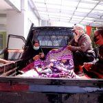 Perjuangan warga mengantar pasien menggunakan mobil bak untuk mencari rumah sakit